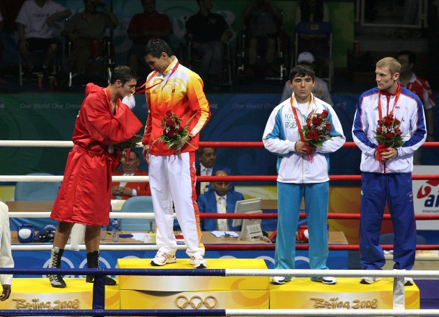 Kenny Egan (in red) kisses the gold medal of Xiaoping Zhang 24/8/2008