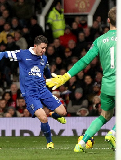 Oviedo sneaks in at back post to give Everton win over Moyes' Man United